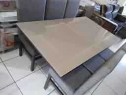 Mesa com tampo de vidro e 6 cadeiras de madeira de eucalipto