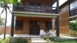 Alugo Casa com 05 Quartos em Condomínio Fechado