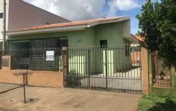 Residência com edícula aos fundos localizada no Jardim Pinheiros - Apucarana-Pr