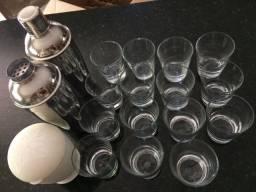 Coqueteleiras e copo de caipirinha
