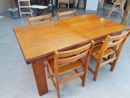 Mesa.de madeira e.cadeiras