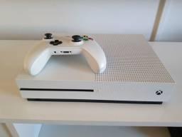XBOX ONE S - 1TB + 1 CONTROLE