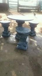 Mesas com quatro banquinhos