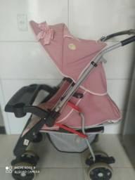 Carrinho de bebê com kit de berço conservados.