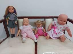 Kit com 4 bonecas + um carrinho de bonecas.