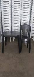 Conjunto com Mesa e Cadeiras Plásticas