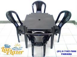 Conjunto de mesa com 4 cadeiras de plástico sem braço
