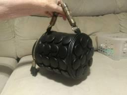 Linda bolsa importada com botões cilíndrica