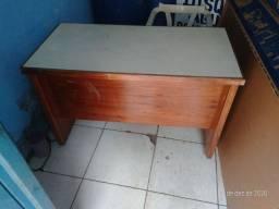 Mesa com gaveta toda boa