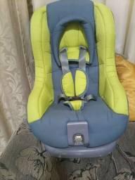 Cadeira de carro da marca Voyage está bem conservada.