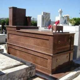 Pedreiro especializado em construção de túmulos