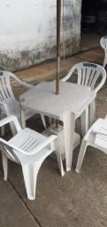 Mesa + cadeiras + ombrelones
