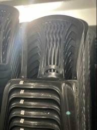 Temos Cadeira de plástica nova cor preta pra restaurante no atacado