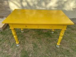 Vendo mesa de madeira maciça amarela