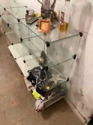 Balcão de vidro intacto sem detalhes