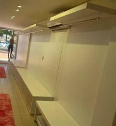 Conjunto de móveis para loja de roupas