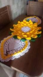 Caminho de mesa crochê mega flor