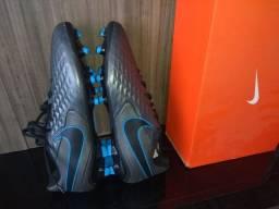 Chuteira Nike novinha na etiqueta 41.