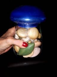 Pote retrô para decorar com sabonetes em formas de peixes e conchas.