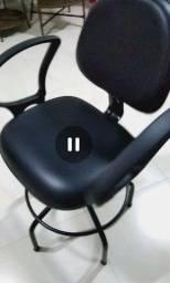Cadeira giratória semi nova