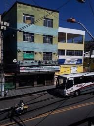 Apartamento na parada 40 na rua principal com ponto de ônibus na porta