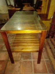 Mesa de madeira e vidro