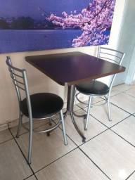 Vendo 1 Mesa MDF (0,68m x 0,68m) com 2 cadeiras