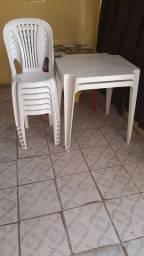 Conjuto de mesas com cadeiras