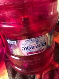 Vende-se 4 galões de água requinte de 20 litros.
