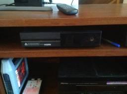 Xbox one com 1 ano de uso com 1 controle e 4 jogos