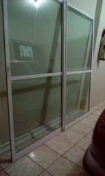 Porta de vidro de correr vidro verde e alumínio branco altura 2.10x largura 2.20