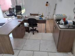 Mesa e cadeiras para escritório