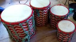 Tambores em madeira e couro