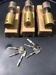 Fechadura porta de enrolar chave tetra 100,00 cada