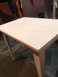 Mesa branca de madeira