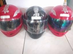 Vendo três capacete o preto novo serrado e o dois vermelho usados