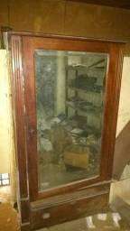 Armário de madeira maciça com espelho de cristal
