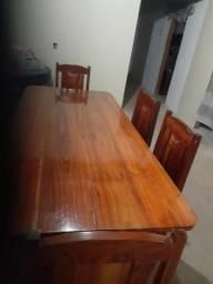 Bela mesa e cadeiras
