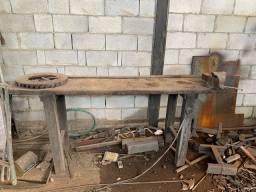 Bancada de madeira com morsa