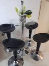 Mesa de vidro com quatro banquetas