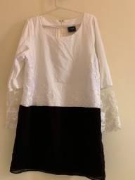 Vestido curto preto e branco com detalhes em renda
