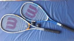 2 raquetes e bola squash