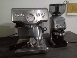 Máquina de café e moedor.