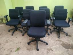 Cadeiras com rodinhas para escritório da cor preta