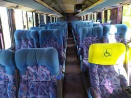 Vários jogos de poltronas para ônibus