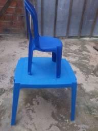 Vende se um conjunto de mesa e uma cadeira infantil