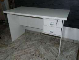 Mesa de escritorio para computador c/ 2 gavetas (Semi-nova)