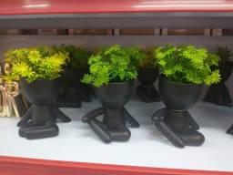 Vassos de plantas artificial.