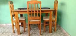 Mesa com 4 Cadeiras- Em Madeira - Com Assentos  Estofados
