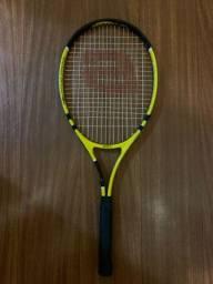 Raquete de tenis com capa e bolinhas